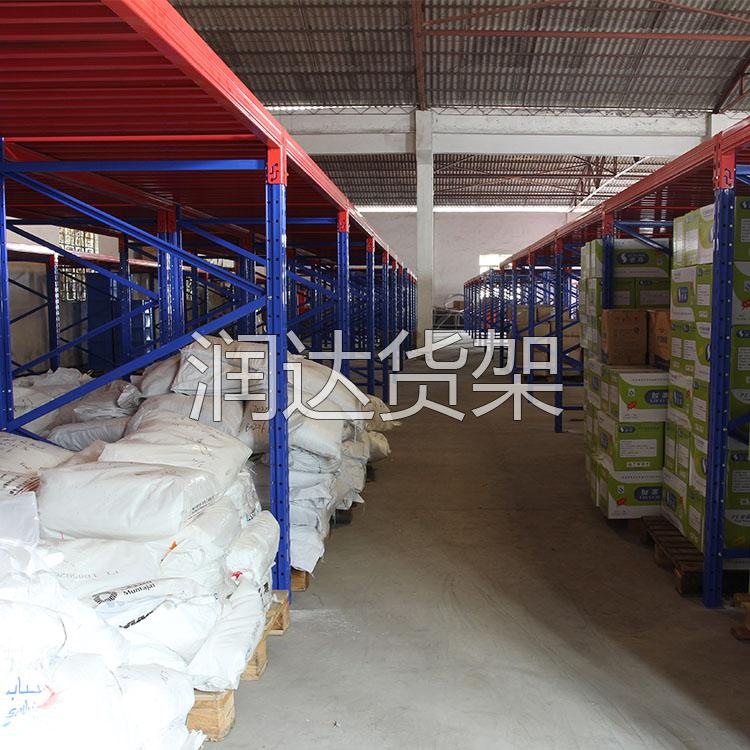 仓库标准货架一般的表面