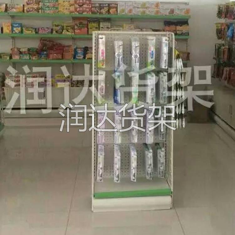 针对超市里不定期调整货架物品的利弊