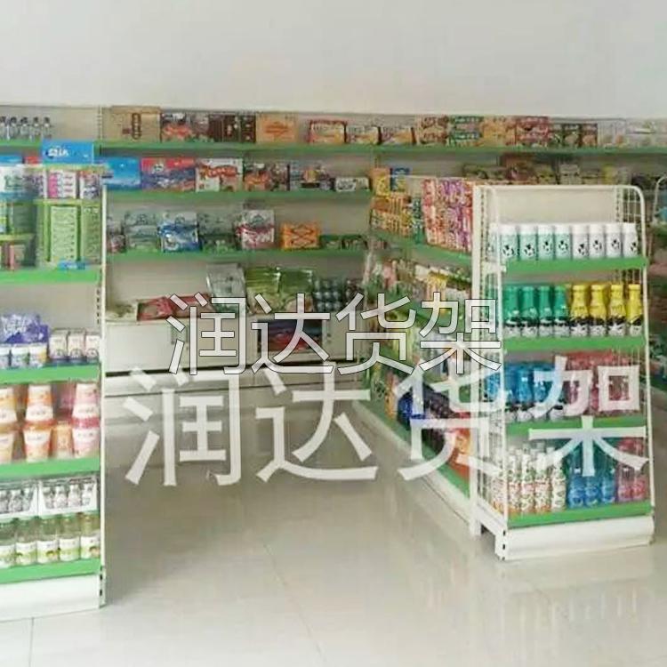 鲜艳的商场架让商品光彩夺目